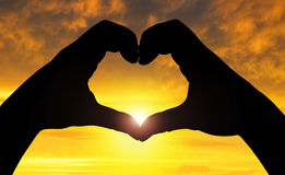 Het silhouet dient de vorm van hart in Stock Foto