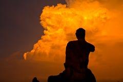 Het silhouet geruïneerde standbeeld van Boedha, Thailand Stock Fotografie