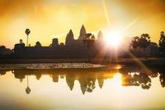 Het silhouet van Angkor Wat bij zonsopgang, de beste tijd in de ochtend in Siem oogst, Kambodja stock foto