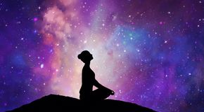 Het silhouet van het bergmeisje, meditatie onder sterren stock foto