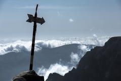 Het silhouet van het bergteken boven de wolken Stock Foto
