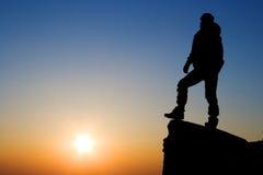 Het silhouet van de bergbeklimmer Royalty-vrije Stock Afbeeldingen