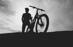 Het silhouet van de bergfietser Stock Afbeelding