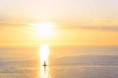 Het silhouet van de boot bij zonsondergang Stock Foto