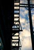 Het silhouet van de brandtrap van een flatgebouw stock fotografie