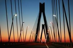 Het silhouet van de brug tegen de avondhemel stock afbeelding
