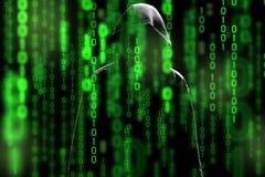 Het silhouet van de computerhakker van de mens met een kap met binaire van de het gegevensscherm en netwerkbeveiliging termen mat Stock Afbeeldingen