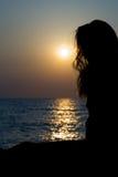 Het silhouet van de dame bij zonsondergang Royalty-vrije Stock Afbeeldingen