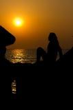 Het silhouet van de dame bij zonsondergang Stock Foto