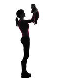 Het silhouet van de de holdingsbaby van de vrouwenmoeder Stock Fotografie