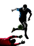 Het silhouet van de de keeperconcurrentie van de twee mensenvoetballer Stock Afbeeldingen