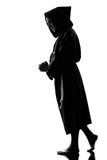 Het silhouet van de de monnikspriester van de mens het bidden Royalty-vrije Stock Afbeeldingen