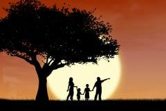 Het silhouet van de familie en van de boom door zonsondergang Royalty-vrije Stock Fotografie