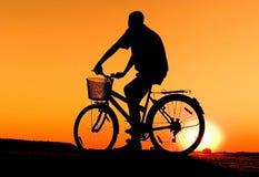 Het silhouet van de fietser Stock Fotografie