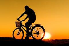 Het silhouet van de fietser Stock Foto's