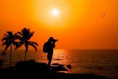 Het silhouet van de fotograaf bij zonsondergang Stock Afbeelding