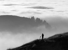 Het silhouet van de fotograaf over mist Stock Foto