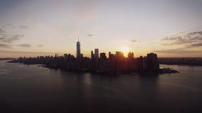 Het silhouet van de de horizonwolkenkrabber van New York in warme zonsonderganghemel in luchtcityscape panorama stock video