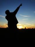 Het silhouet van de kerel \ 's tegen de nachthemel. Stock Fotografie