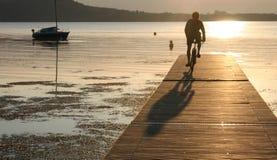 Het silhouet van de kerel tegen zonsondergang Royalty-vrije Stock Afbeelding