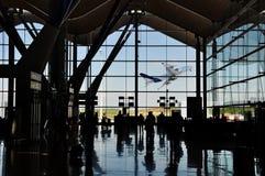 Het silhouet van de luchthaven met vliegtuig Stock Foto