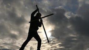 Het silhouet van de Mens bevestigt het kruis - dramatisch concept stock video