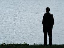 Het silhouet van de mens bij avond royalty-vrije stock afbeeldingen