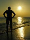 Het silhouet van de mens bij zonsopgang Royalty-vrije Stock Afbeelding
