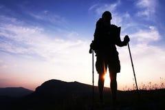 Het silhouet van de mens op zonsondergang stock foto
