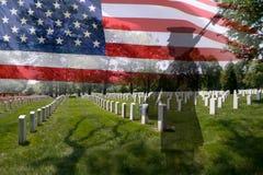Het silhouet van de militair en Amerikaanse vlag Stock Fotografie