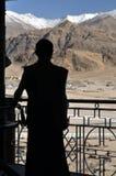 Het silhouet van de monnik stock foto