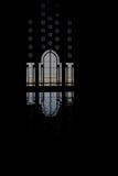 Het silhouet van de moskee en weerspiegeling van deur stock fotografie