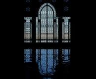 Het silhouet van de moskee en weerspiegeling van deur stock afbeeldingen