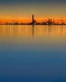 Het silhouet van de olieraffinaderij Stock Afbeeldingen