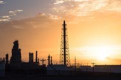 Het silhouet van de olieraffinaderij bij zonsopgang Royalty-vrije Stock Afbeeldingen