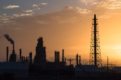 Het silhouet van de olieraffinaderij bij zonsopgang Royalty-vrije Stock Afbeelding