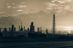 Het silhouet van de olieraffinaderij bij zonsopgang Stock Fotografie