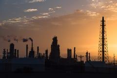 Het silhouet van de olieraffinaderij bij zonsopgang Royalty-vrije Stock Foto's