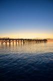 Het silhouet van de pier bij zonsondergang Royalty-vrije Stock Foto