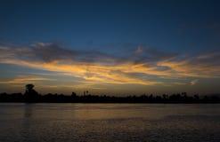 Het silhouet van de rivierbank bij schemerzonsondergang Royalty-vrije Stock Foto