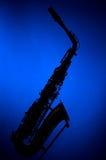Het Silhouet van de saxofoon op Blauw Royalty-vrije Stock Foto