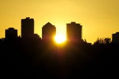 Het Silhouet van de stad bij Zonsondergang Stock Foto's