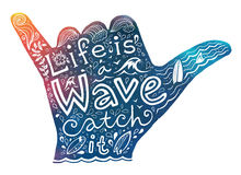 Het silhouet van de surfershaka van de waterverfstijl met het witte hand getrokken van letters voorzien Royalty-vrije Stock Foto's
