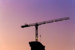 Het silhouet van de torenkraan bij schemering Stock Afbeeldingen