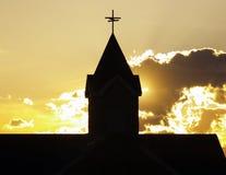 Het Silhouet van de Torenspits van de kerk stock foto