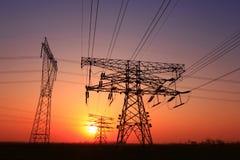 Het silhouet van de transmissietoren van de avond stock foto