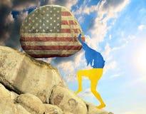 Het silhouet van de vlag van de Oekraïne in de vorm van een meisje heft een steen in de berg in de vorm van het silhouet van op royalty-vrije illustratie