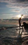 Het silhouet van de vrouw door overzees stock afbeelding
