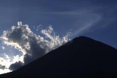 Het silhouet van de vulkaan royalty-vrije stock foto