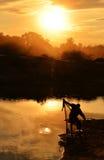Het silhouet van de werpnetvisser Stock Foto
